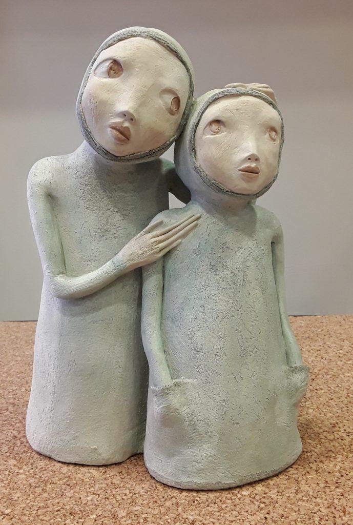 Sculpture en grès blanc patinée de bleu représentant deux personnage par Lydie Thonnerieux Céramiste