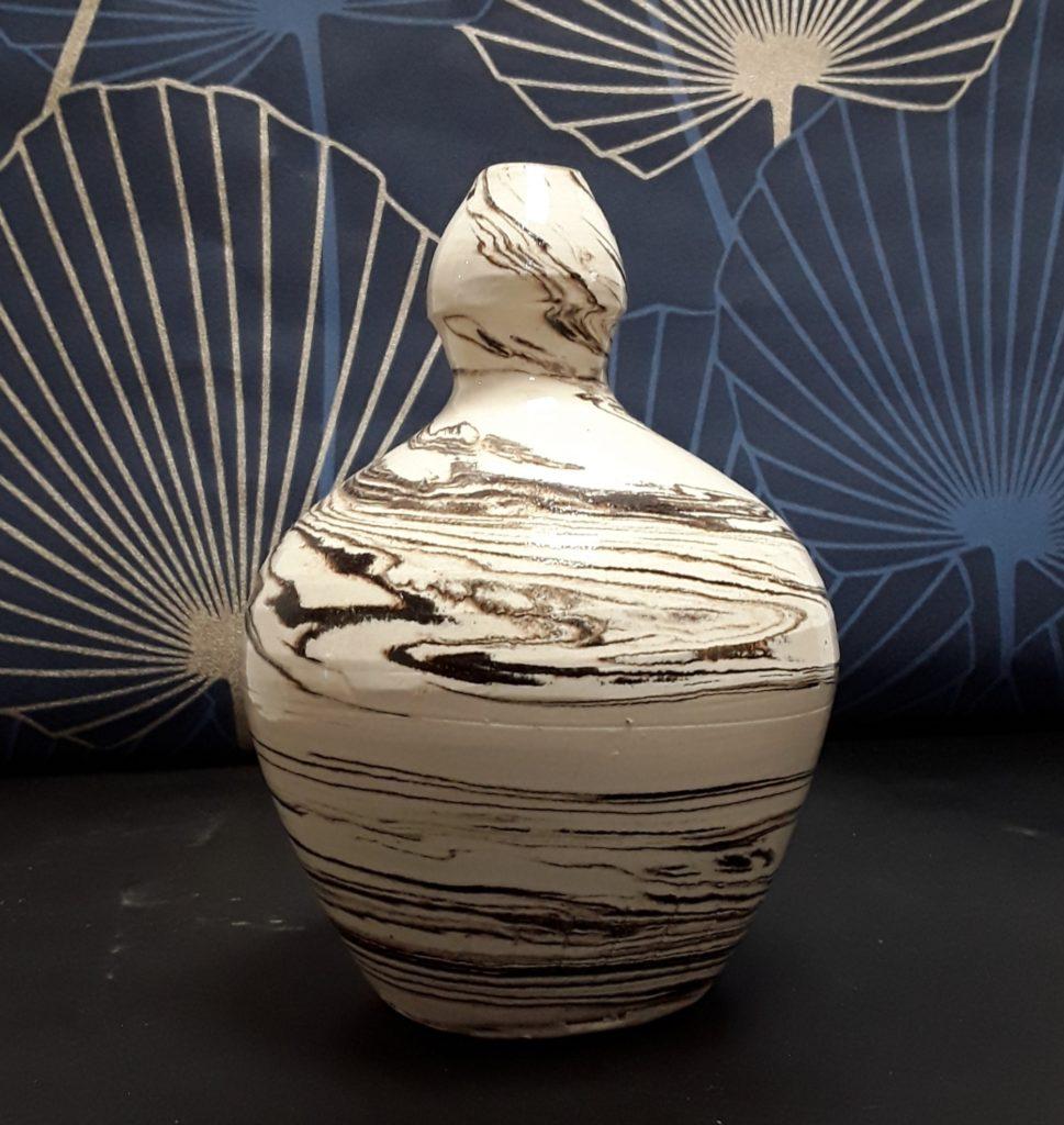 Oyas en céramique de grès blanc patiné, marbré de blanc beige et noir réalisée par André Bissardon