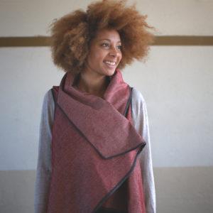 Julie Bonnard - Modèle portant une Veste Hors Série sans manche en lainage rouge chiné blanc