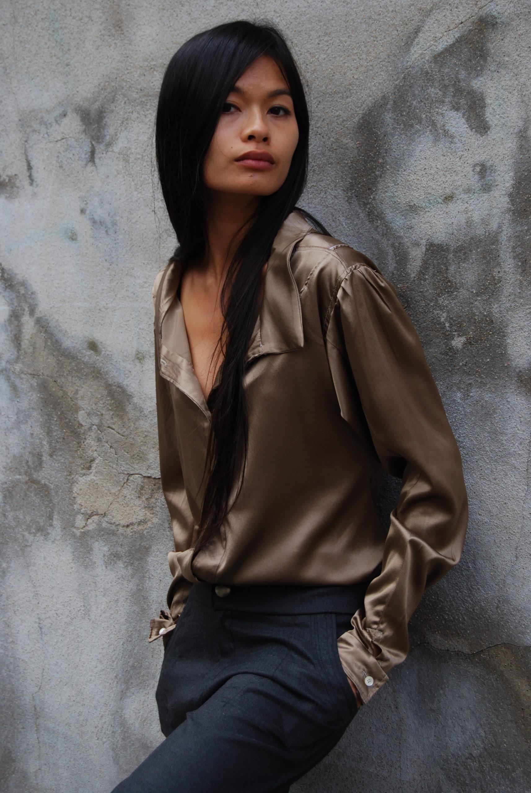 Julie Bonnard - Chemise en soie marron glacée et pantalon en sergé gris