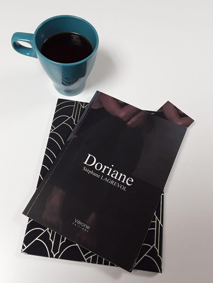 Livre Doriane avec un tasse de café bleu