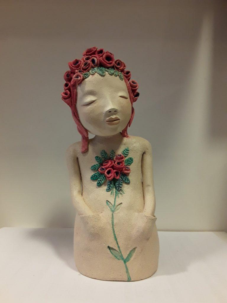 Lydie Thonnerieux Sculpture Personnage poétique en grès blanc, patiné de rose, modelage de fleur sur le torse