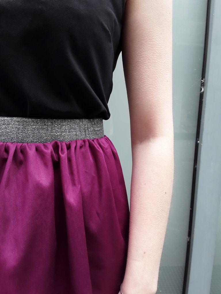 Détail de la jupe Ava fushiapétrole élastique noir à la taille par Julie Bonnard créatrice textile Saint-Étienne