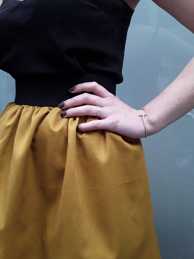 Détail de la jupe Ava jaune pétrole élastique noir à la taille par Julie Bonnard créatrice textile Saint-Étienne