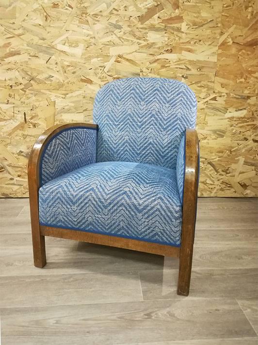 Fauteuil retapissé par Elsa Martin tapissière décorateur tissu motifs géométriques bleus