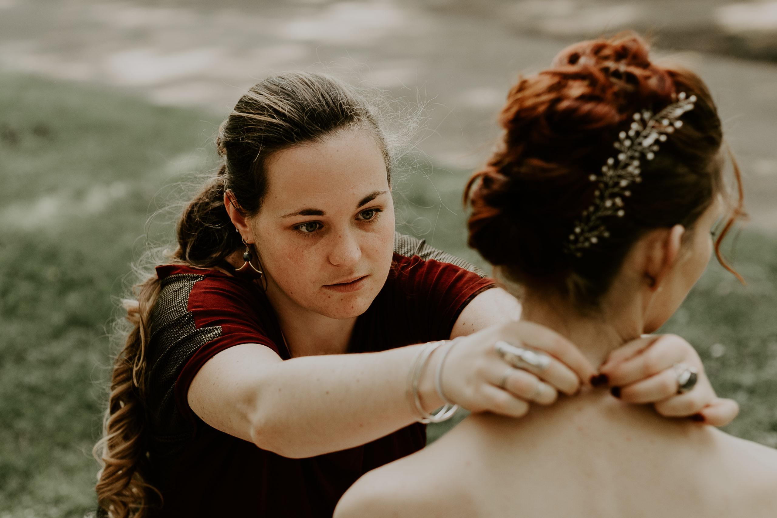 Marie Gonon accrochant un collier a une future mariée