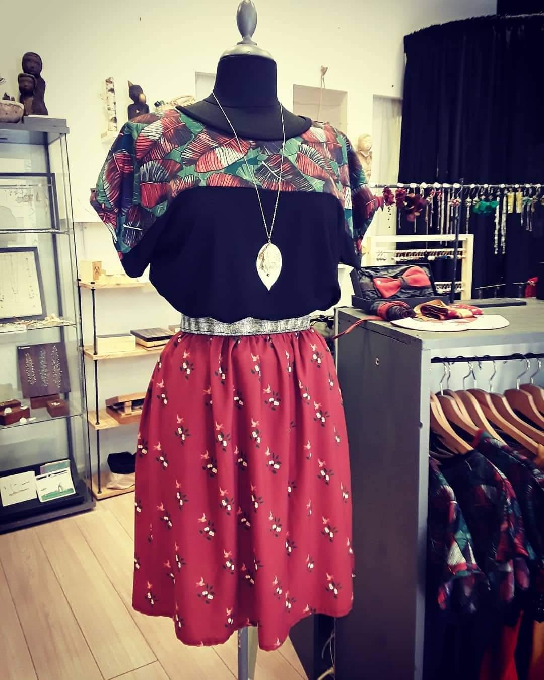 Intérieur de la boutique jupe et tshirt sur mannequin avec collier