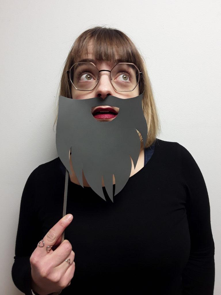 Portrait de Julie Bonnard avec un postiche d'une barbe grise