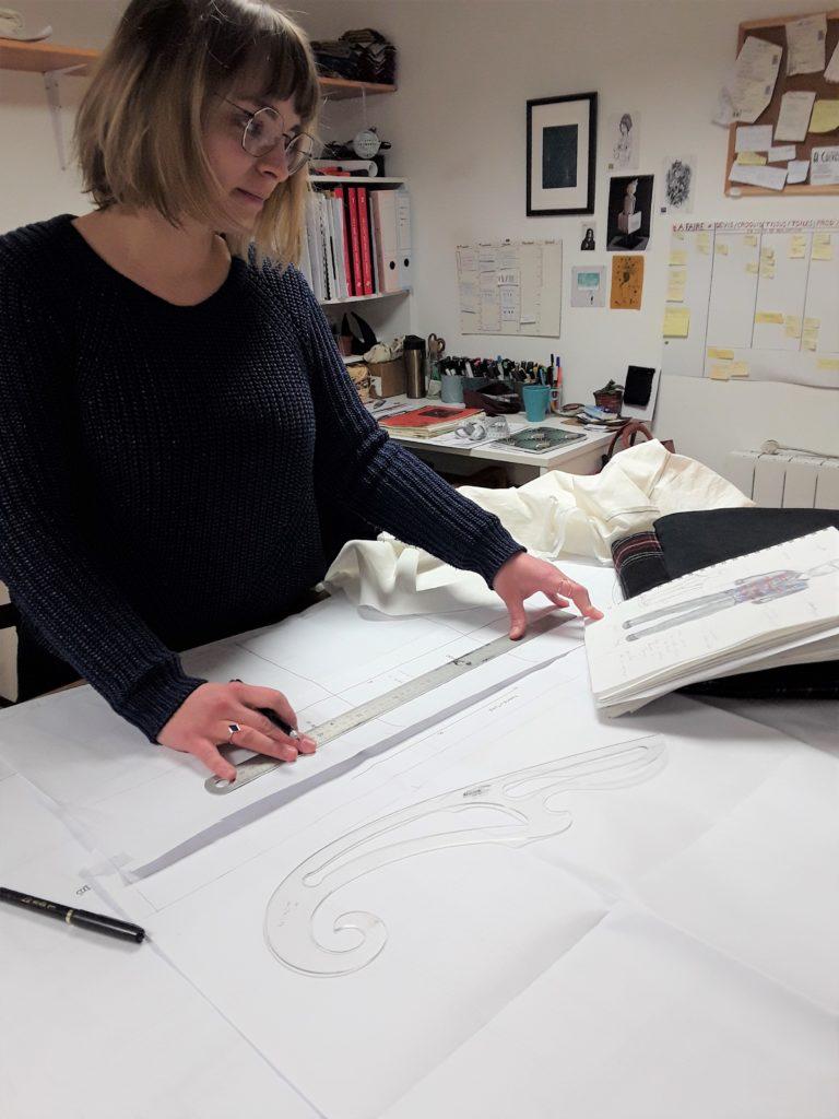 Julie Bonnard Créatrice Saint-Étienne traçage d'une patron d'après croquis