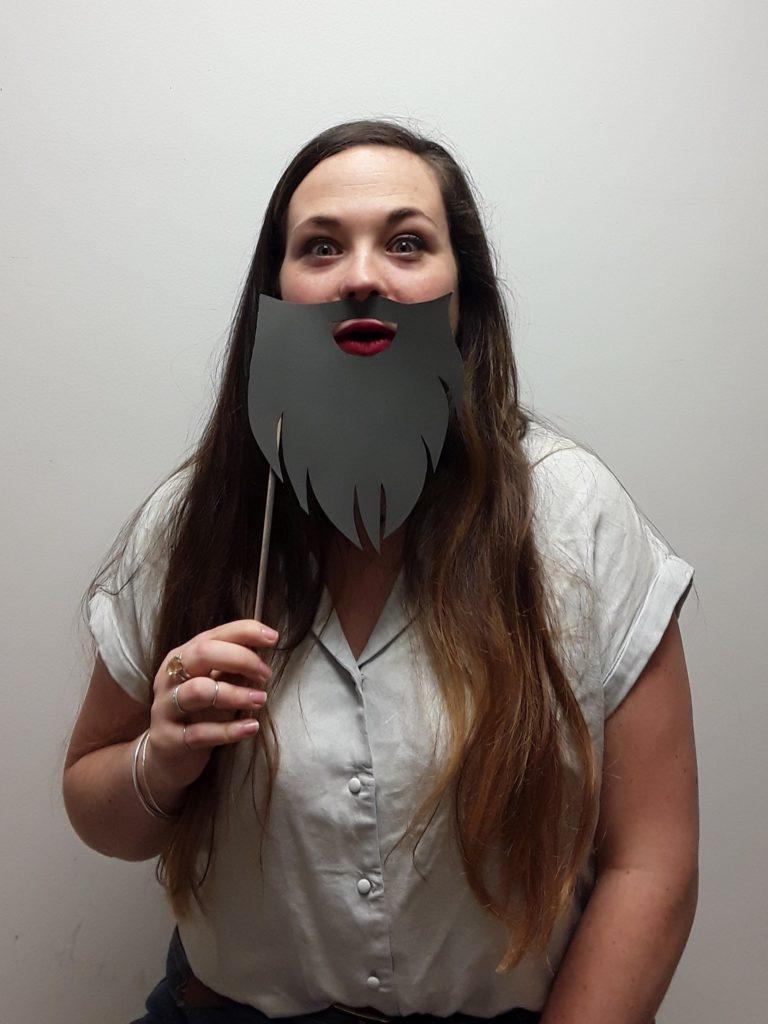 Portrait de Marie Gonon avec un postiche d'une barbe grise